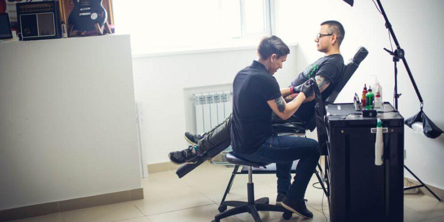 man i tatueringsstudio