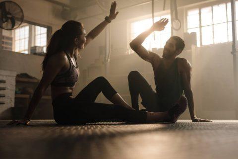två personer tränar tillsammans